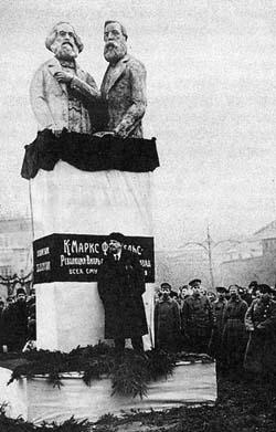 монумент Марксу и Энгельсу работы С. Мезенцева, 1918