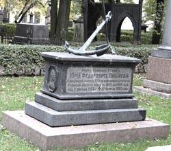Могила Ю.Ф. Лисянского на Тихвинской кладбище в Александро-Невской лавре