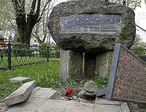 Оскверненный памятник на месте гибели Нетте в Икшкиле