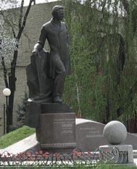 Памятник А.Н. Полю в Днепропетровске