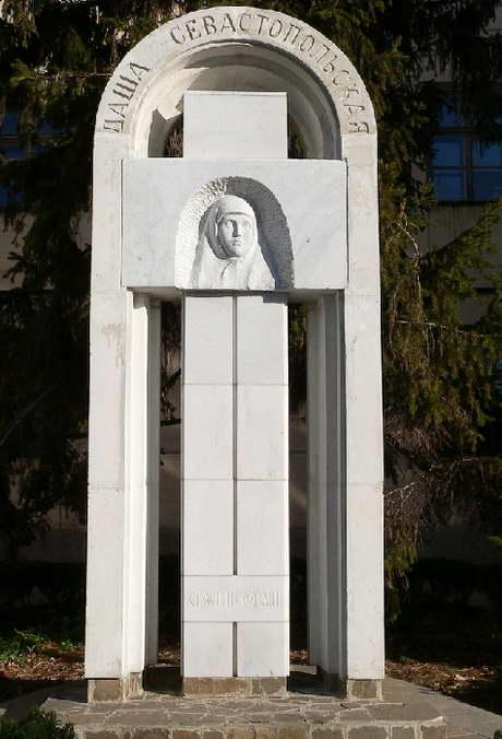 памятник Дарье Севастопольской, г. Севастополь, ул. Надеждинцев, 15, территория 3-й горбольницы