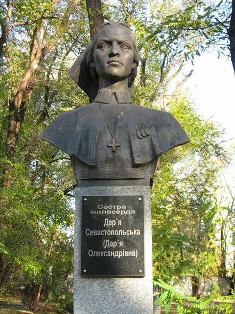 памятник Дарье Севастопольской в Днепропетровске на центральной аллее с бюстами героев Крымской войны