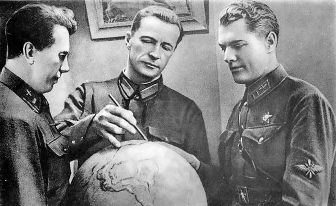 Экипаж Михаила Громова перед полётом: Сергей Данилин (1901-1978), Михаил Громов (1899-1985), Андрей Юмашев (1902-1988)
