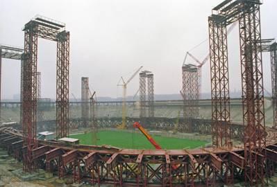 Возведение крыши над стадионом «Лужники»