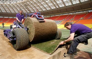 Укладка газона перед матчем финала Лиги чемпионов между «Манчестер Юнайтед» и «Челси»