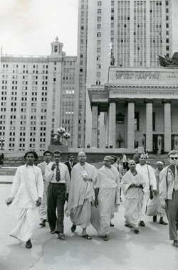 Участники VI Всемирного фестиваля, делегаты Цейлона у здания МГУ. Москва, 1957 г.