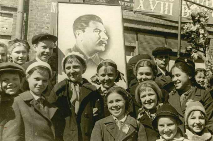 Сталин и учащиеся школы