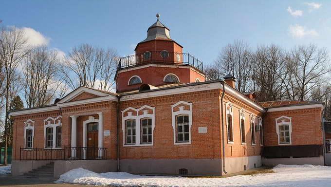 Дом-музей А. К. Толстого в имении Красный Рог в 2 км. к северо-востоку от одноимённого села Почепского района Брянской области (ранее Черниговской губернии)