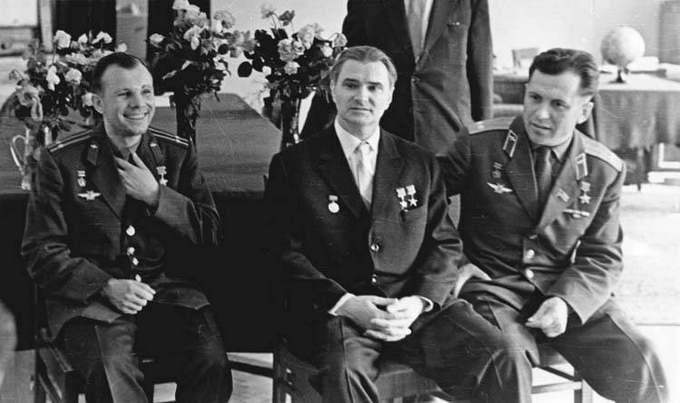 В.П. Глушко с космонавтами Ю.А. Гагариным и П.Р. Поповичем в своем рабочем кабинете, 1963