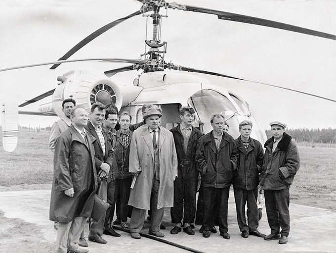 Н.И. Камов и коллеги с вертолётом Ка-26