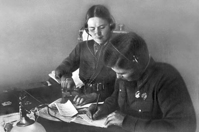Штурман Марина Раскова и 2-й пилот Полина Осипенко перед полетом осваивают радиостанцию