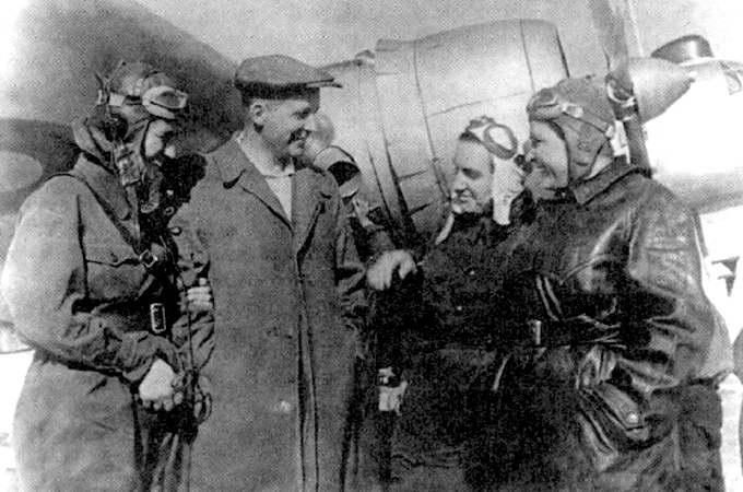 Авиаконструктор Павел Осипович Сухой с экипажем «Родины»