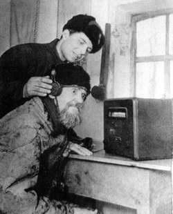 Жители села слушают радио
