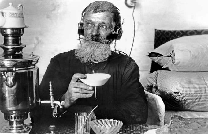 Житель села слушает радио