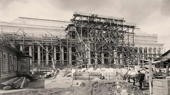 Строительство Музея. Установка колонн центрального портика. Май 1905 г.