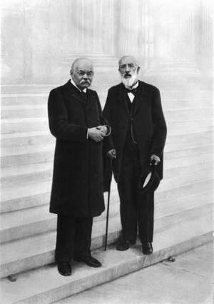 И.В.Цветаев и Ю.С.Нечаев-Мальцов на ступенях Музея. 1912 г.