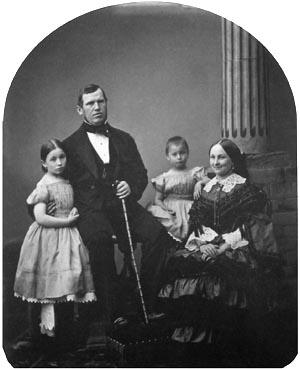 Герасим Иванович Хлудов с женой Пелагеей Давыдовной (ур. Широковой) и дочерьми Прасковьей и Клавдией
